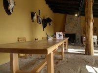 Mesas junto a la chimenea