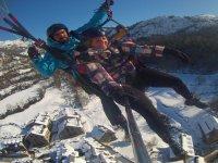 滑翔伞在多雪的村庄准备