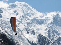 滑翔伞在雪景冬季滑翔伞之旅
