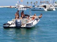 Grupo de amigos disfrutando en el mar de un paseo en barco
