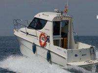 Barco de alquiler navegando por el Mediterráneo