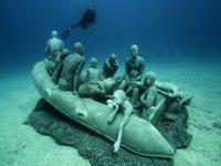 在雕塑旁边潜水