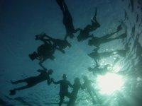 潜水员到达水面