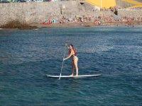 Paddle surf frente a la playa canaria