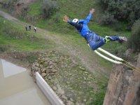 Salto de puenting con los brazos abiertos