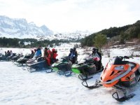 Motos de nieve preparadas para la excursion