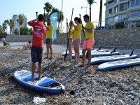 Alumnos sobre la tabla de paddle surf