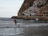Surfeando en la orilla del mar