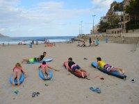 Clase de surf en la playa