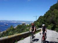 骑自行车离开海边