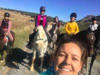 Gruppo di giovani sulla rotta dei cavalli