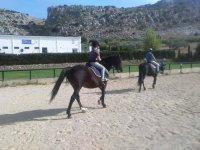 Bambini che cavalcano liberamente a cavallo