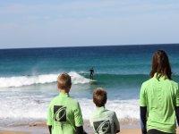 Mirando al surfista desde la costa