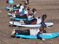 Remada de surf en la arena