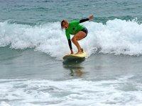 冲浪学生用绿色衬衫