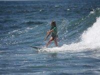 年轻的冲浪学生