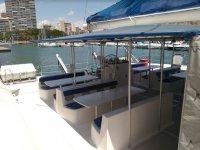 Posti a sedere con tavoli sulla barca