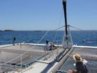 Seduta al sole nel catamarano