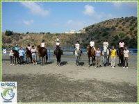 Alumnos montanto a caballo