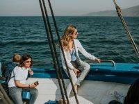 Sentada en la cubierta en Pasaia