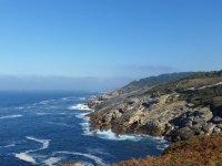 El mar rompiendo sobre las rocas