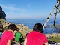 Sentados en la costa frente al mar
