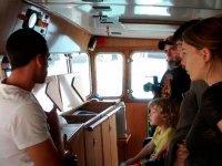 Viendo el interior del barco