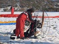 在雪地里动力伞动力伞飞行动力伞