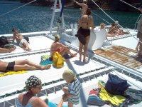 懒洋洋地躺在双体船在太阳海岸的甲板上