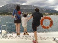 从船上考虑太阳海岸的家庭