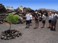 Caminando por terreno volcánico