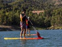 两个人练习冲浪桨冲浪桨