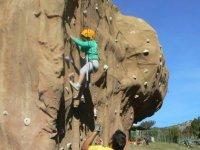 Ayudando a la peque a escalar