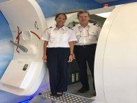 Patrick y Kassandra en el simulado de vuelo