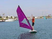 Windsurf con vela morada