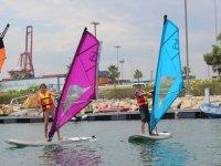 Alumnos de windsurf en la Marina Real