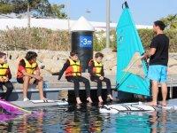 Monitor dando clases de windsurf
