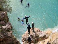 Salto de la roca al rio