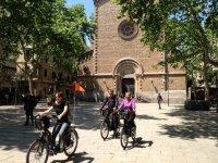 骑自行车在巴塞罗那神圣家族电动自行车
