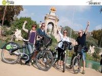 电动自行车走我们的街道散步电动自行车电动自行车