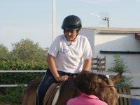 Colocandose sobre el caballo