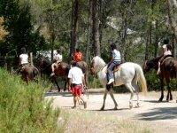 Subidos a los caballos en Benageber