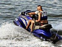 En una moto de agua azul