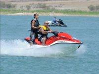 Pasajero de pie en moto de agua
