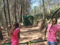 Chicas practicando el tiro simultaneo