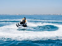 Girando en la moto de agua