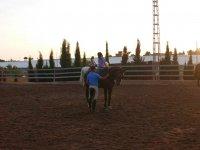 Acariciando al caballo con la alumna