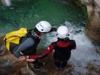 在岩石解释跳跃峡谷
