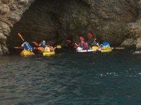 Recorriendo cuevas con los kayaks