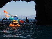 Remando hacia la cueva en el kayak